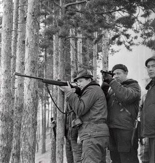 Космонавты Ю.А. Гагарин и А.А. Леонов на охоте.