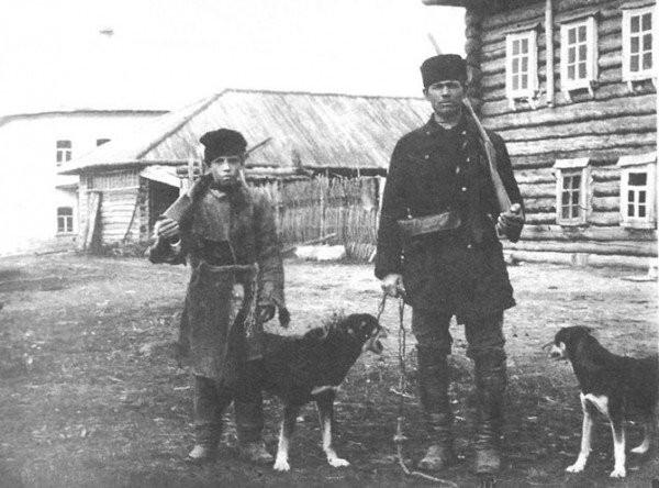 Отец с сыном перед охотой.Вятская губерния, Глазовский уезд. 1907 год.