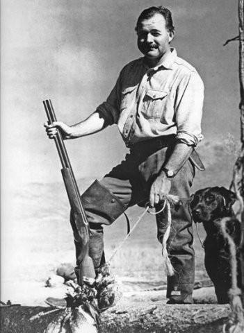 Эрнест Хемингуэй на охоте.