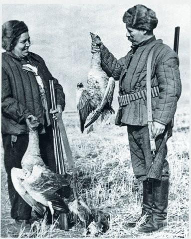 М.А. Шолохов с женой на гусиной охоте,на озере Челкар 1948 год.